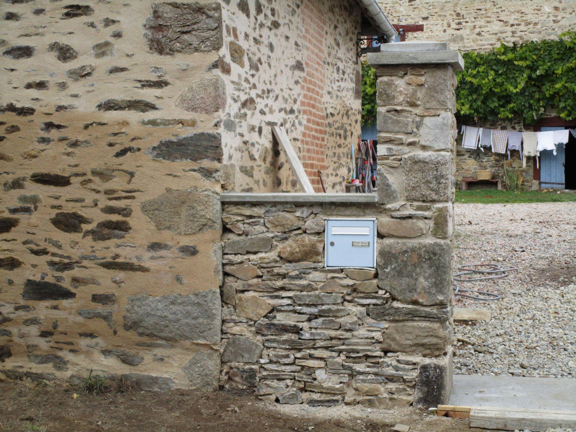 Muret et pilier en pierre