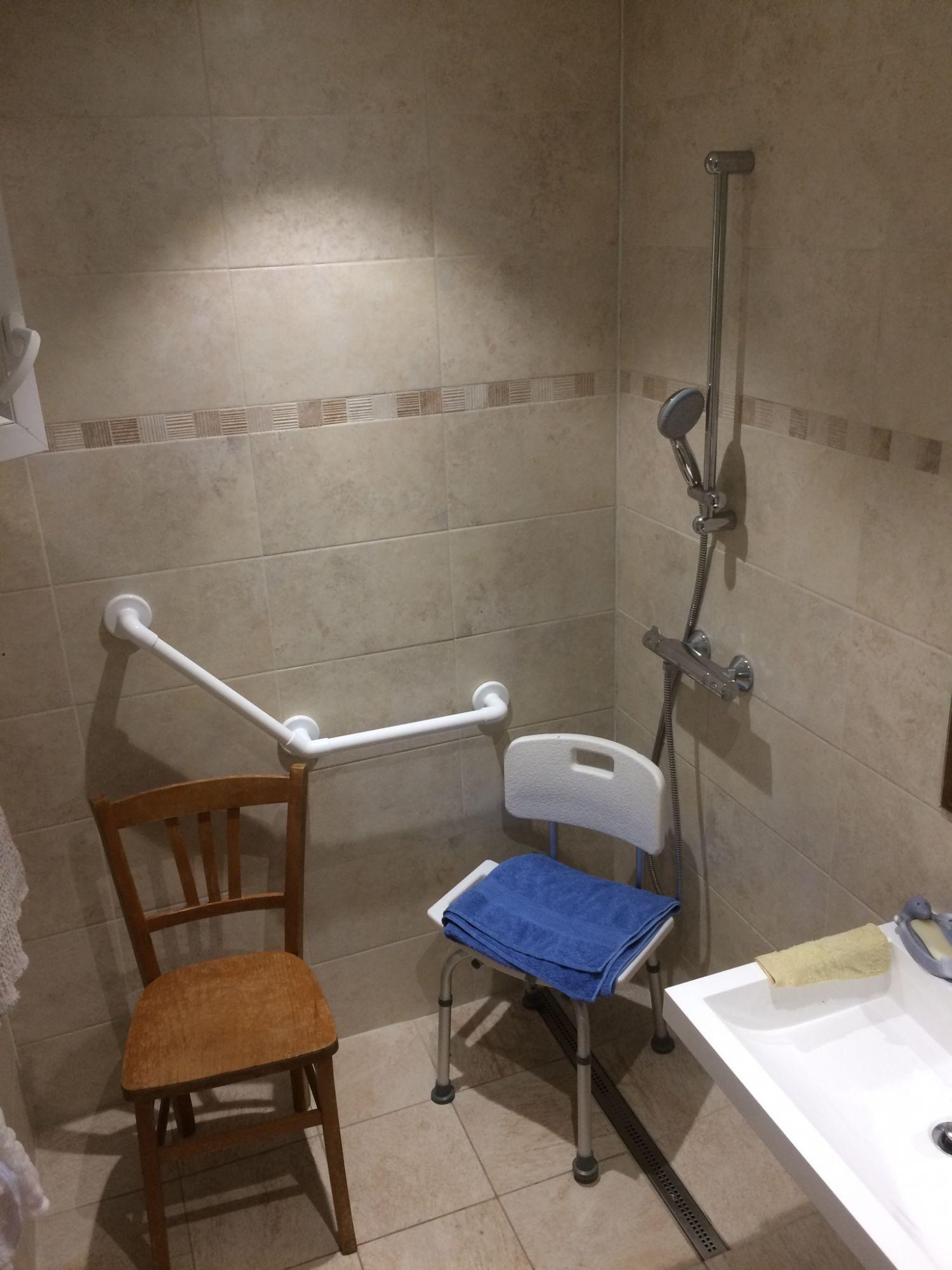 Salle de bain s curis e et adapt e aux personnes mobilit r duite - Salle de bain personne a mobilite reduite ...